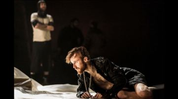 John Heffernan as Edward II - Photo Johan Persson