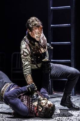 Tom Hiddleston (Coriolanus), Hadley Fraser (Aufidius). Photo by Johan Persson