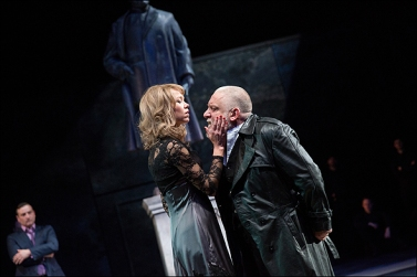 Anna Maxwell Martin (Regan), Simon Russell Beale (Lear). Photo Mark Douet