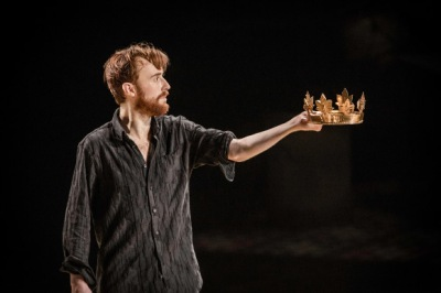 John Heffernan - with a crown - in Edward II. Photo Johan Persson